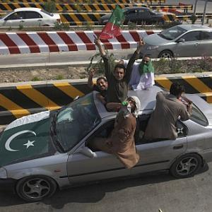 Pak anti-govt protesters march on; shots fired at Imran