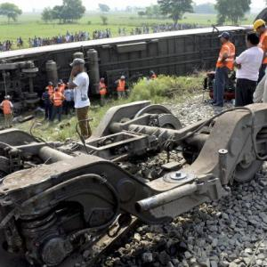 4 dead after Rajdhani Express derails in Chhapra