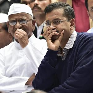 3 years after split, Kejriwal shares dais with Anna in Delhi