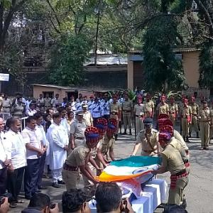 Cartoonist R K Laxman cremated with state honours