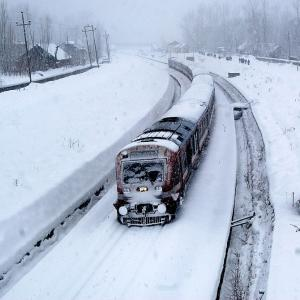 Heavy snowfall cuts off Kashmir; Army Major among 5 killed in avalanches