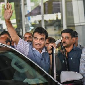 Gadkari faints on stage in Maha, attributes it to low oxygen