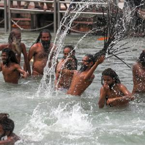 Kumbh: Lakhs take dip in Ganga amid Covid surge