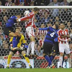 United keep top spot, Chelsea's Torres sent off