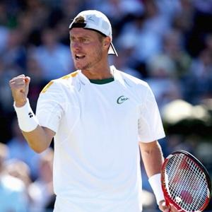 Hewitt rolls back years to beat Del Potro