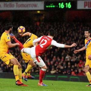 Giroud scorpion kick vs teen Castellanos's goal for Puskas award