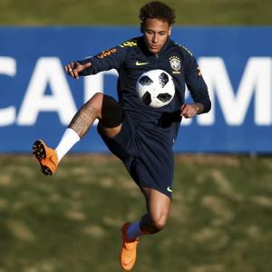 Neymar's slim shoulders carry Brazil's burden of hopes