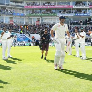 Cook gets guard of honour from Indian team