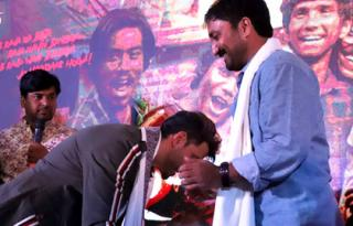 On Guru Purnima, Hrithik touches Anand Kumar's feet