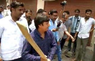 BJP's Vijayvargiya's son beats officer with bat, held