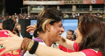 Shah Rukh Khan wins the Veer-Zaara match, goes on a hugging spree