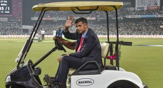 WATCH: Cricket legends take lap of honour at Eden Gardens