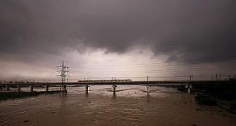 Delhi faces flood threat as Yamuna swells up