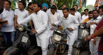 PIX: Congress protests against hikes in traffic fines