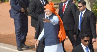 Modi sports saffron bandhej turban for R-Day parade