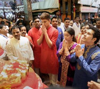 VIDEO: Tendulkar, family offer prayers at Lalbaugcha Raja