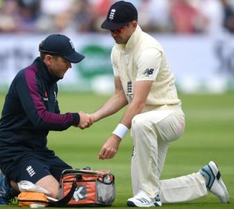 Anderson leaves Edgbaston for scan on tight calf