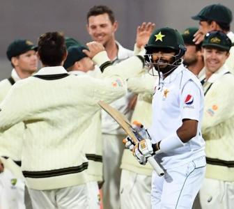 Australia sniff victory over Pakistan after late strikes