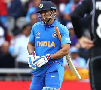 Fans can't keep calm seeing Dhoni seemingly in tears