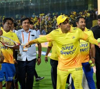 WATCH! Dhoni makes CSK fans feel special