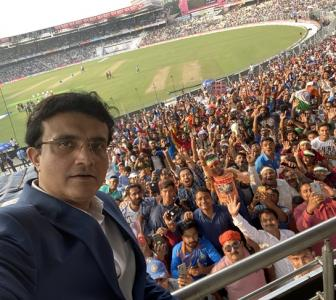 Dada's selfie with Eden Gardens' fans rules the internet