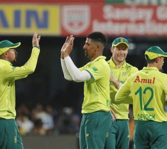 South Africa quicks, De Kock star in Bengaluru
