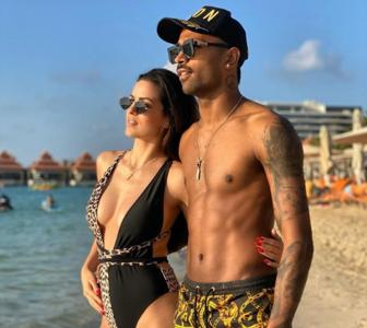 Hardik and his fiancee flaunt their beach bodies