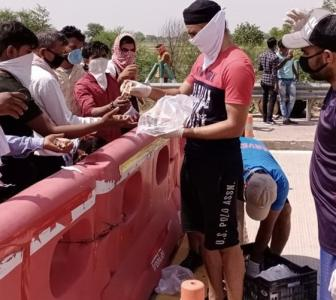 This cricketer distributes food, water to migrants
