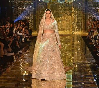 WATCH! Deepika turns ramp into a dance floor