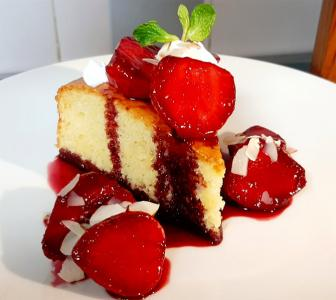 Recipe: Almond cake with strawberries in red wine