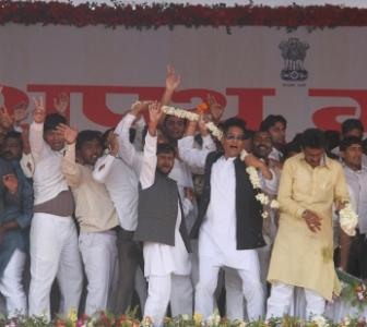 In PHOTOS: Akhilesh takes oath, SP members go berserk