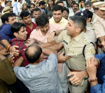 Manoj Tiwari, supporters scuffle with AAP workers, cops at bridge event
