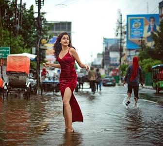 Girl strikes a pose in flooded Patna, breaks internet