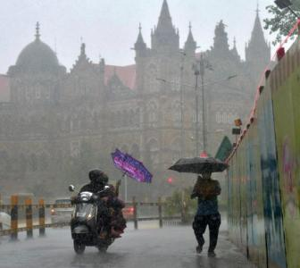 PHOTOS: Rain continues to lash Mumbai for second day