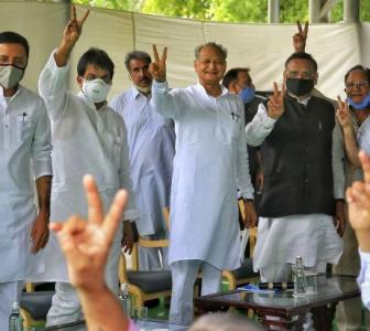 With victory sign, Gehlot flaunts his strength
