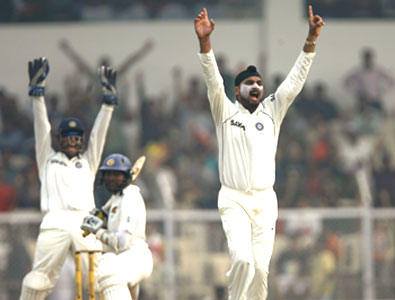 Harbhajan Singh successfully appeals for the wicket of Tillakaratne Dilshan