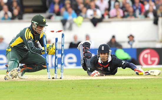 Owais Shah dives to complete a run