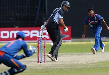 MS Dhoni catches Ross Taylor