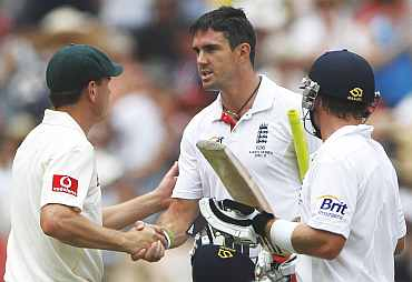 Ricky Ponting shakes hands with Kevin Pietersen