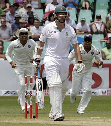 India's Zaheer Khan celebrates after picking up South Africa's Graeme Smith during the second Test in Durban