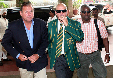 Herschelle Gibbs (centre) arrives at a Mumbai hotel on October 11, 2006 on the eve of questioning by Indian police over the 2000 match-fixing case