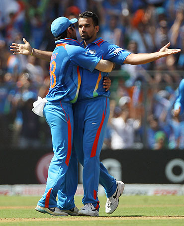 Zaheer Khan celebrates with Virat Kohli after scalping the wicket of Upul Tharanga