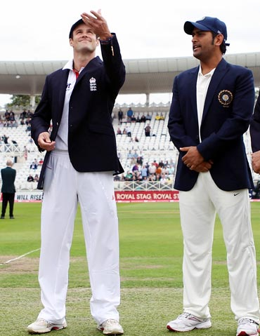 Andrew Strauss (left) and Mahendra Singh Dhoni at the toss