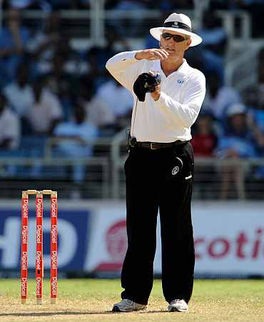 Umpire Tony Hill