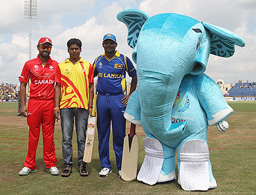 Sri Lanka captain Kumar Sangakkara (2nd from right), Canada captain Ashish Bagai (left), Stumpy, the event mascot pose with the mascot winner after the toss