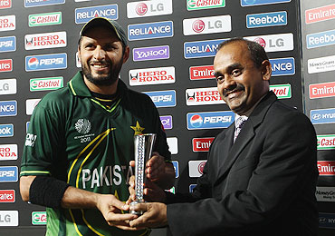 Shahid Afridi (left) of Pakistan receives the 'Man of the Match' award after his figures of 5-23