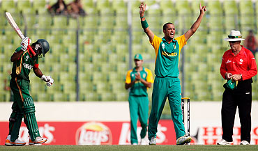 Robin Peterson celebrates South Africa's victory after dismissing Naeem Islam
