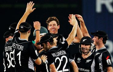 Jacob Oram celebrates with team mates after taking the wicket of Graeme Smith