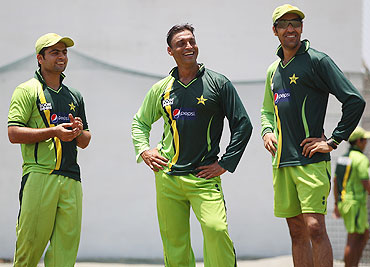 Shoaib Akhtar(centre) with Umar Gul (right) and Ahmad Shahzad (left)