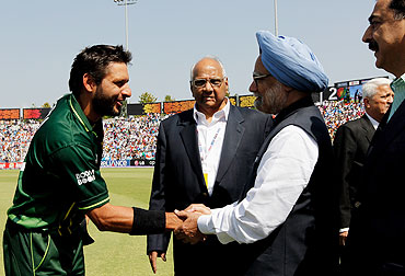 Captain Shahid Afridi of Pakistan greets Prime Minister Manmohan Singh